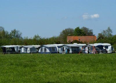 Kamperen op een kampeerplaats bij de boer